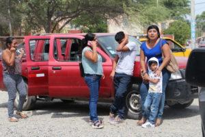 Un grupo de familiares se aproximaron esta mañana a la sede de la Divincri en Piura. Foto: Walac Noticias / César Masías.