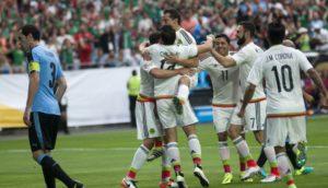 GL01. GLENDALE (AZ, EE.UU.), 05/06/2016.- Héctor Herrera (2i) de México celebra su gol ante Uruguay con sus compañeros hoy, 5 de junio de 2016, durante un partido de la Copa América en el estadio de la Universidad de Phoenix en Glendale, Arizona. EFE/GARY M WILLIAMS