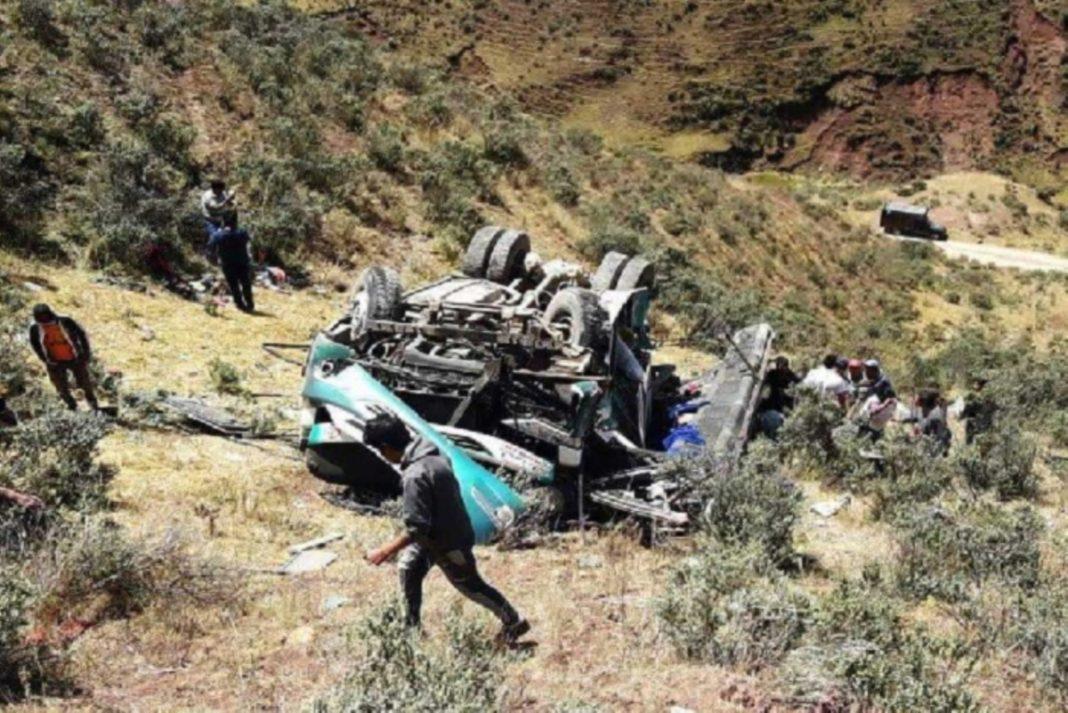 Reportan al menos 10 muertos por caída de ómnibus a un abismo en Sihuas