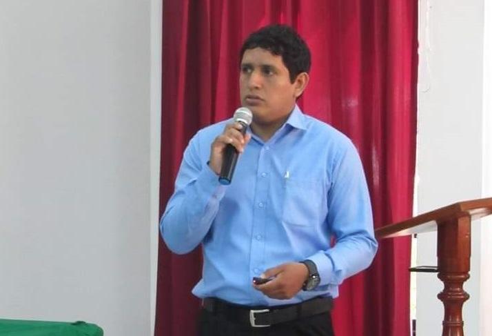 Néstor Atarama biólogo