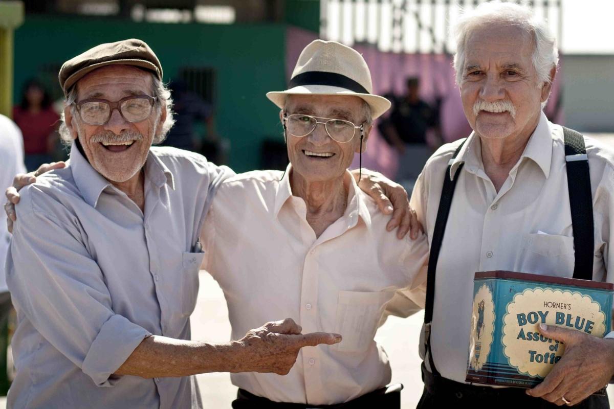 """Ricardo Blume (el último de izquierda a derecha), Carlos Gassols y Enrique Victoria actuaron en la película """"Viejos amigos""""."""