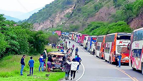 Vehículos quedan varados por huaicos en carretera de Huancabamba