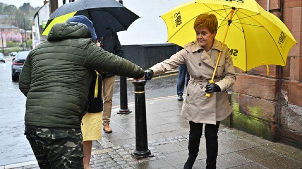 Escocia reanuda los viajes internacionales y permite los abrazos y visitas