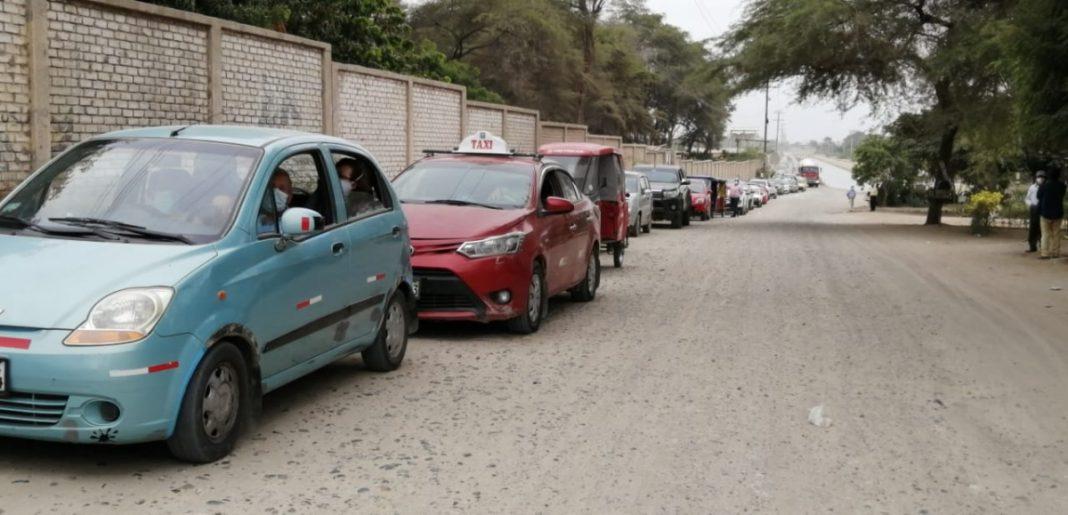 Ciudadanos hacen larga cola de vehículos para recibir vacunas en UNP