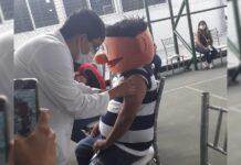 Hombre se vacuna covid disfrazado de 'Plaza Sésamo' en honor a su hijo que murió de cáncer