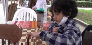 Gabriel Tagle, el niño peruano que enseña ajedrez en un parque desde 1 sol
